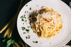 意大利烹调carbonara面团 成份和关闭细节盘 免版税库存照片