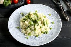 意大利煨饭有芦笋灰色背景 免版税图库摄影