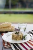 意大利煨饭用在陶瓷板材的芦笋在木桌 库存照片