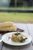 意大利煨饭用在陶瓷板材的芦笋在木桌wi 库存图片