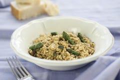 意大利煨饭用在陶瓷罐的芦笋 免版税库存照片