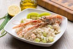 意大利煨饭用大虾和猕猴桃 库存照片