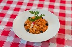 意大利煨饭用橄榄和海鲜 库存图片