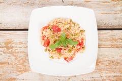 意大利煨饭用蕃茄和豌豆 免版税库存照片