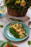 意大利煨饭用蘑菇和菠菜在一张陶瓷板材顶视图 免版税库存照片