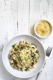 意大利煨饭用蘑菇豌豆和巴马干酪 免版税图库摄影