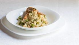 意大利煨饭用虾和芦笋,装饰用逃命 免版税库存图片
