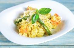 意大利煨饭用虾和芦笋 免版税库存图片
