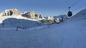意大利白云岩在从Val di法萨Ski地区,特伦托自治省女低音阿迪杰地区,意大利的冬天 免版税图库摄影