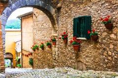意大利的传统中世纪村庄-卡斯佩里亚美丽如画的街道  免版税库存照片