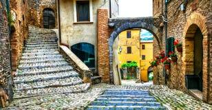 意大利的传统中世纪村庄-美丽如画的老街道 免版税库存图片