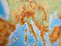 意大利的地图在欧洲的中心 免版税库存图片