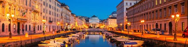 意大利的里雅斯特 圣安东尼奥Thaumaturgo教会和大运河 库存照片