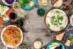 从意大利盘和快餐品种的框架用酒 库存照片