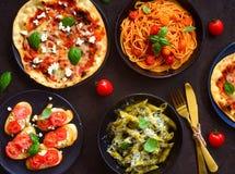 意大利盛肉盘arrabiata意粉、阿尔弗雷德面团aglio什锦菜、bruschetta和玛格丽塔酒薄饼 库存图片