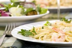 意大利细面条三文鱼虾 图库摄影