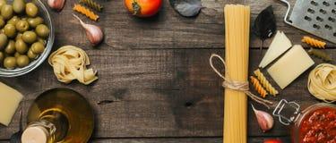 意大利细面条和意粉有成份的烹调的面团 与空间的顶视图文本的 免版税图库摄影
