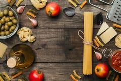 意大利细面条和意粉有成份的烹调的面团 与空间的顶视图文本的 库存图片