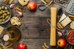 意大利细面条和意粉有成份的烹调的面团 与空间的顶视图文本的 免版税库存照片