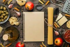 意大利细面条和意粉有成份的烹调的面团 与空间的顶视图文本的 免版税库存图片