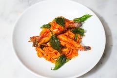 意大利细面条面团用一只大虾 免版税库存图片