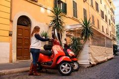 意大利罗马,有滑行车的妇女 驾驶sco的浪漫愉快的妇女 免版税库存照片
