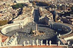 意大利罗马 在梵蒂冈和城市使命的鸟瞰图的著名圣伯多禄` s正方形 免版税库存图片