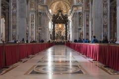 意大利罗马 2017年12月04日:圣伯多禄` s大教堂内部 库存图片