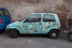意大利罗马 2017年12月05日:汽车贴纸包括一辆蓝色汽车  免版税库存图片