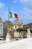 意大利罗马 教会, Trajan ` s专栏和意大利旗子-从维托里奥Emanuele纪念碑的看法 库存照片