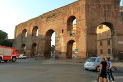 意大利罗马 车和人们街道的在早晨 免版税库存图片