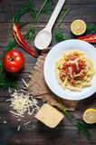 意大利肉调味汁面团和新鲜的可口成份烹调的在土气背景 免版税库存照片