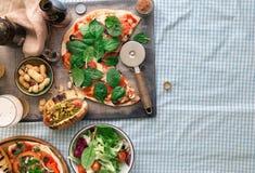 意大利自创薄饼、热狗、啤酒和快餐啤酒的 库存图片
