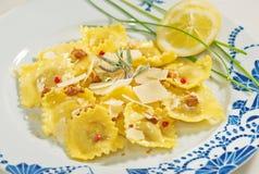 意大利自创馄饨用新鲜的干酪、核桃和桃红色胡椒 柠檬和香葱 免版税库存照片