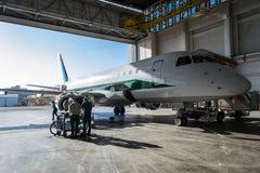 意大利航空巴西航空工业公司在飞机棚 库存图片
