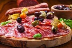意大利蒜味咸腊肠用橄榄 免版税库存照片