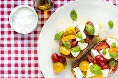 意大利蕃茄乳酪便餐红色布料 图库摄影