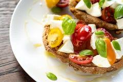 意大利蕃茄乳酪便餐红色布料 免版税库存照片