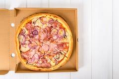 意大利薄饼用烟肉、无盐干酪乳酪、葱和蘑菇 免版税库存照片