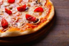 意大利薄饼,与自由空间的食物背景 库存图片