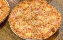 意大利薄饼Margherita玛格丽塔用蕃茄和无盐干酪 图库摄影