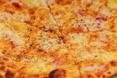 意大利薄饼Margherita玛格丽塔用蕃茄和无盐干酪 免版税库存照片