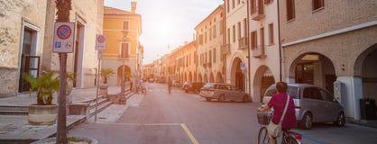 意大利街道,骑自行车的老妇人风景  库存照片