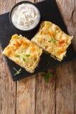意大利语分层了堆积与鸡胸脯,蘑菇,乳酪的烤宽面条, 免版税图库摄影