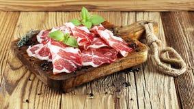 意大利语切了被治疗的coppa用香料 原始的火腿 Crudo或jamon 免版税库存图片