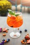 意大利语现代服务喷与橙色切片 免版税库存图片