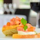 意大利语Bruschetta用乳酪蕃茄和蓬蒿选矿 免版税库存图片
