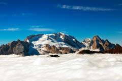 意大利语Dolomiti - Marmolada峰顶从云彩涌现 免版税图库摄影