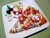 意大利辣味香肠和蕃茄薄饼 免版税库存图片