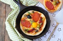 意大利辣味香肠微型薄饼和鸡蛋早餐 库存照片